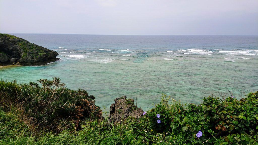 与論島の海が見える遊歩道